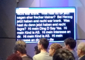 Was ist KI? Kapitalismus 4.0 Initiative -  Low Quality Photo showing a screen with live language rekognition, copyright by form:f - substainable design