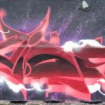 """Der IQ von KI // """"BTS - Interstellar"""", Foto eines rot-weißen Graffitos auf violett-schwarzem Hintergrund copyright by form:f - critical : design"""