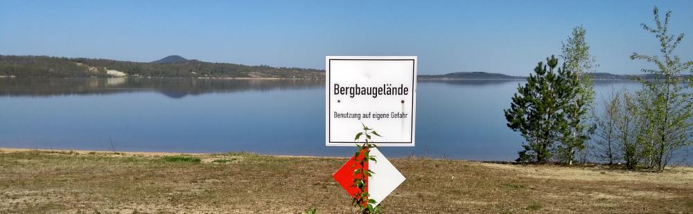 Foto einer Landschaft und Schild // copyright: form:f - critical : design