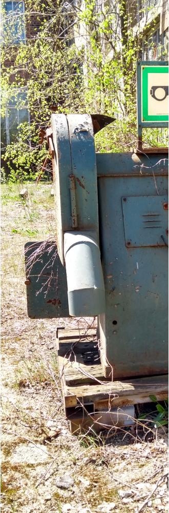 Was ist KI: keine Idee? Foto einer Schleifmaschine, halbiert, 1. Teil // copyright: form:f - critical : design