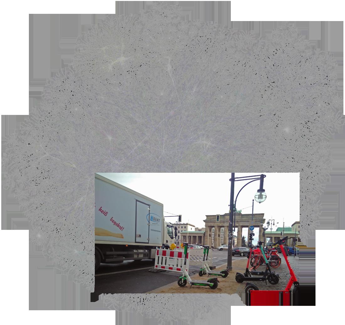 Connected Mobility: Daily // Fotomontage: Farbfoto von Verkehr am Brandenburger Tor, kombiniert mit Dartstellung v. Internet