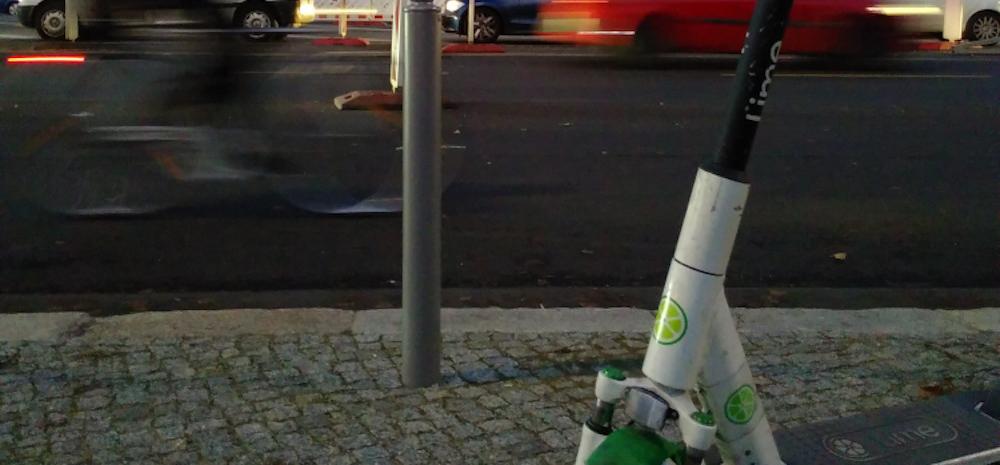 E-Scooter - ein Bildausschnitt einer Hauptstraße und eines E-Scooter-Teils