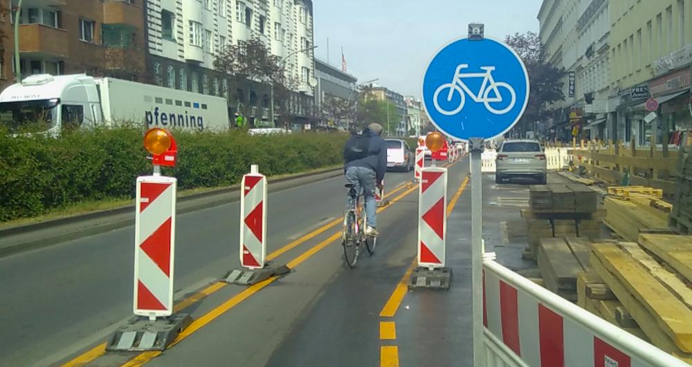 Corona-Lockerungen: Fahrt noch mehr Fahrrad! Rad auf Asfalt // by yuyun, form:f - critical design