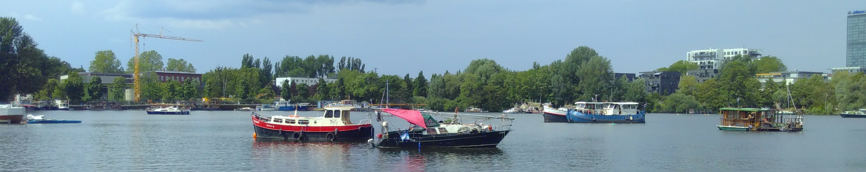 Foto von Hausbooten und Bäumen