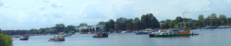Foto von Hausbooten und Kran