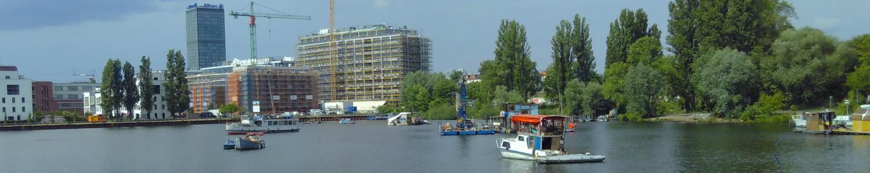 Free Floating - Foto von Hausbooten und Baustelle