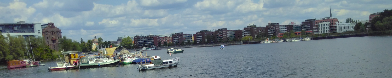 Free Floating - Foto von Hausbooten und Kirchturm