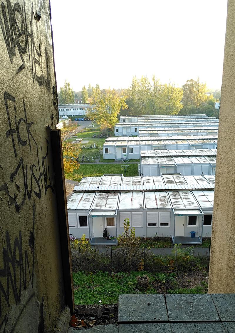 Hinter Gittern: ausschließend _ Foto einer Geflüchtetenunterkunft