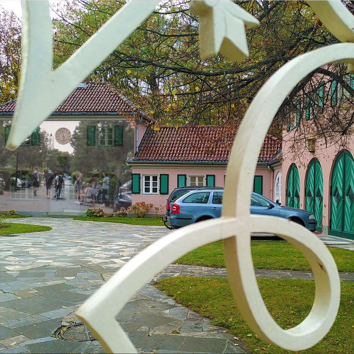 Hinter Gittern - einschließen: kollagiertes Foto: Inselstraße 5, Monheim-Villa - Schwanenwerder